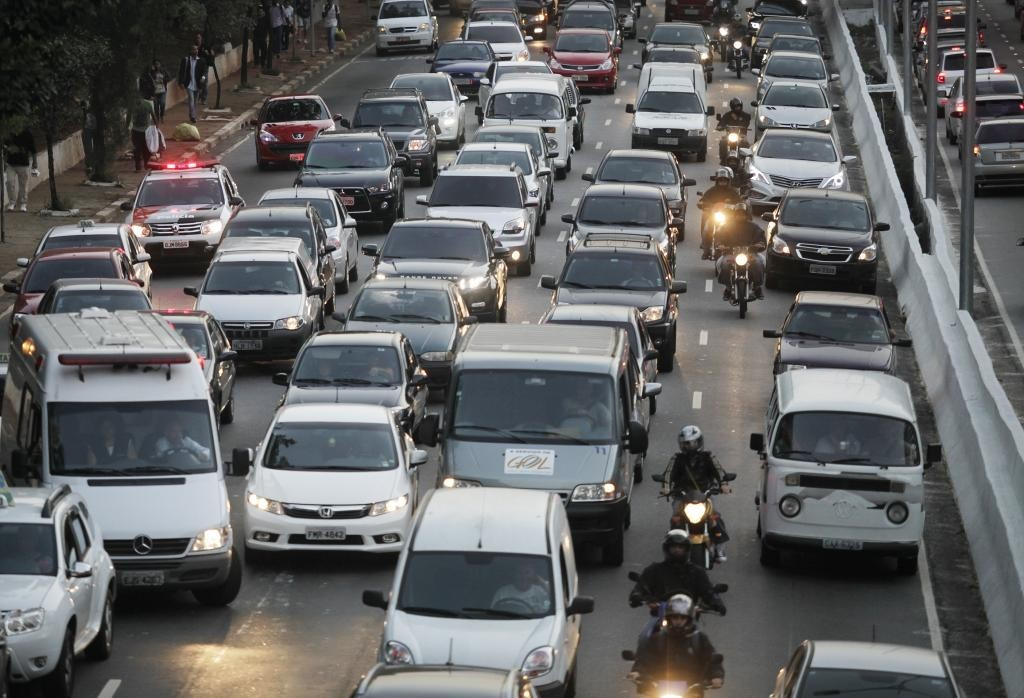 30% dos brasileiros donos de carro abririam mão do veículo por outro meio de transporte
