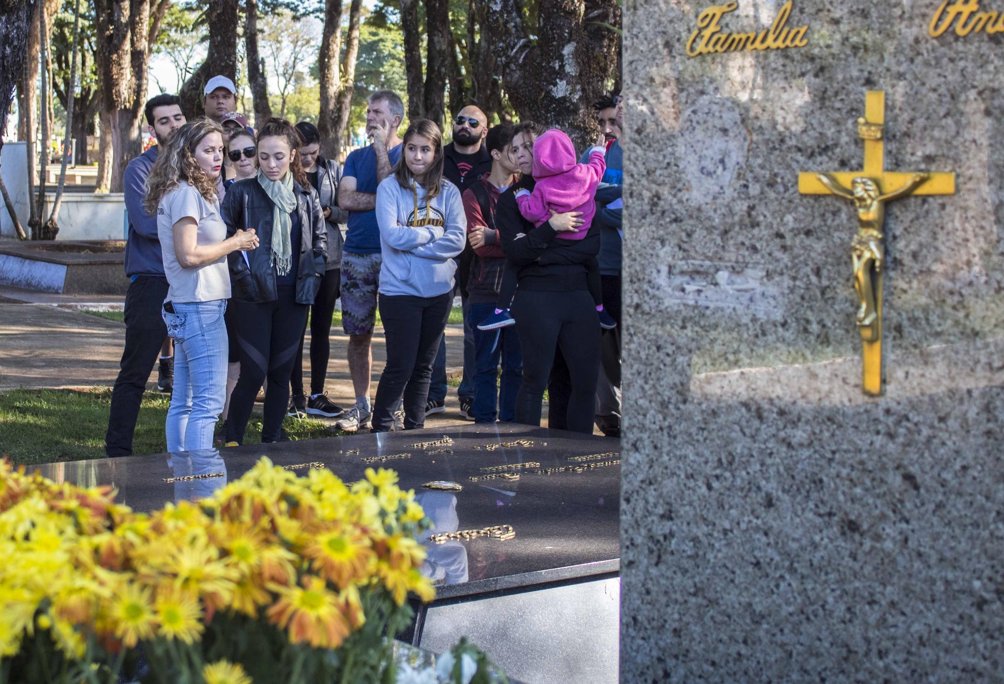 City Tour reúne pessoas e compartilha histórias em meio a túmulos
