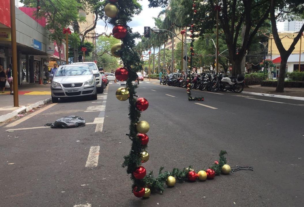 Prefeitura não tem como cobrar motorista que arrebentou festões de Natal