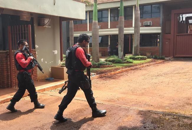 Dois presos e um agente de cadeia são mantidos reféns na PEM