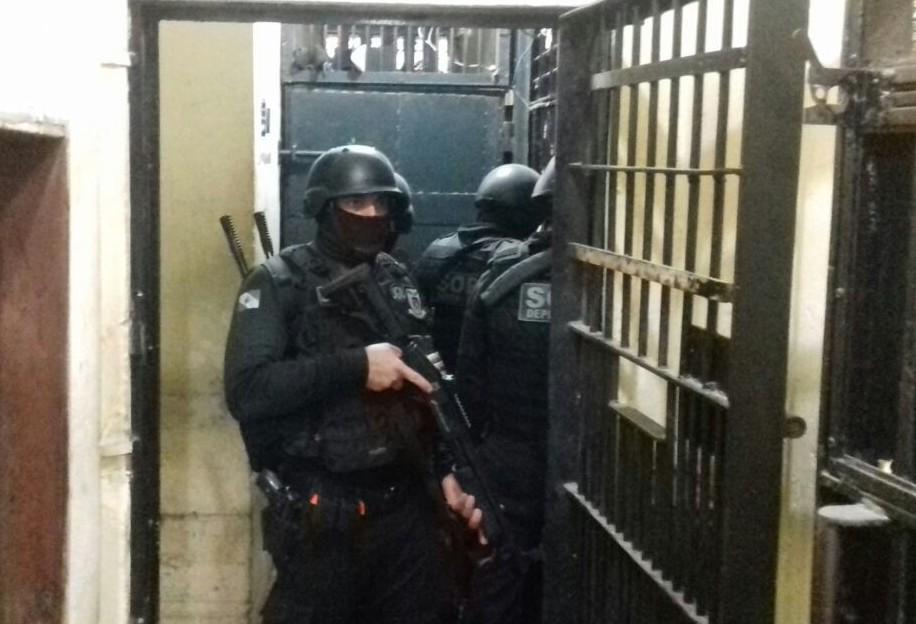 Três presos ficaram reféns durante motim