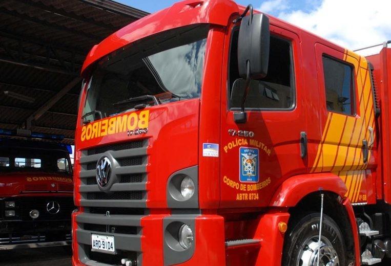 Incêndio atinge dois veículos em residência do jardim Ipanema