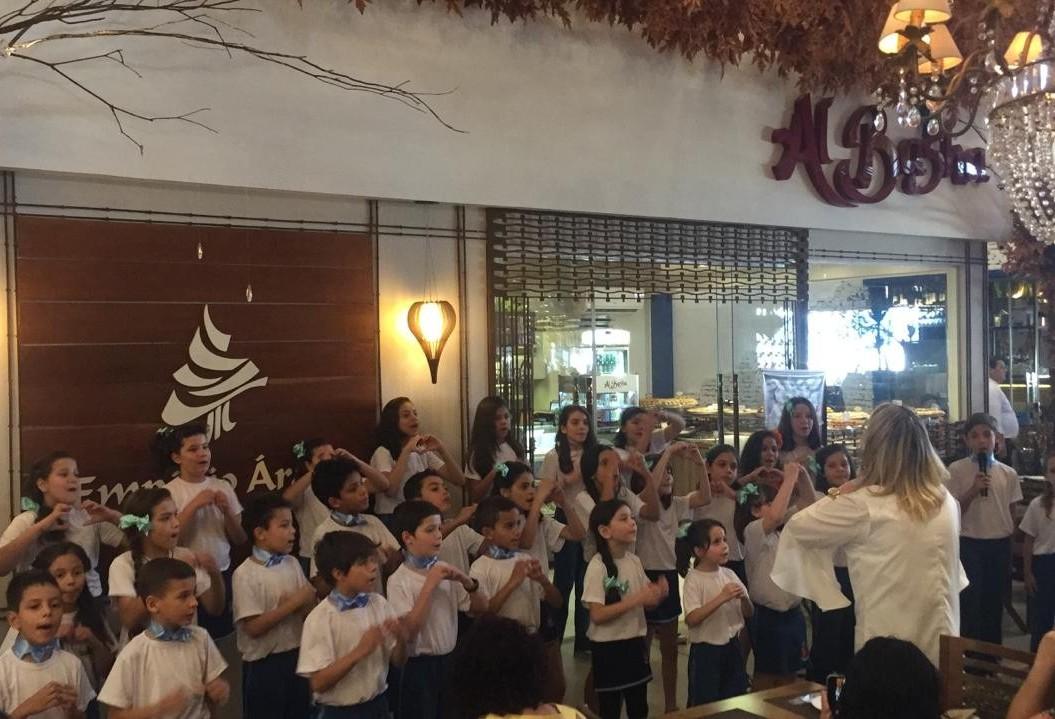 Crianças de escolas municipais de Maringá cantam em espaços públicos