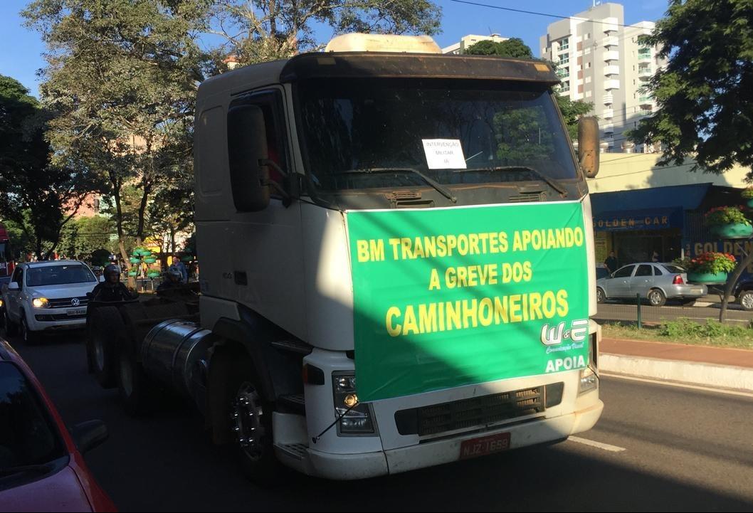 Caminhoneiros fazem carreata no centro de Maringá