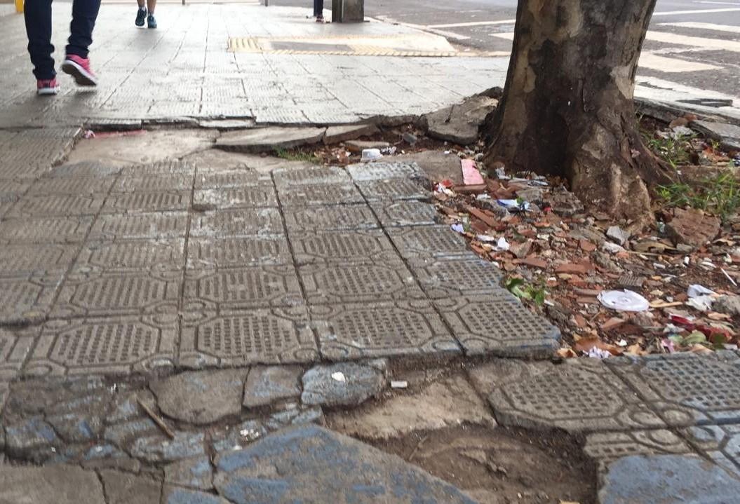Calçadas irregulares geram pelo menos 3 notificações por dia