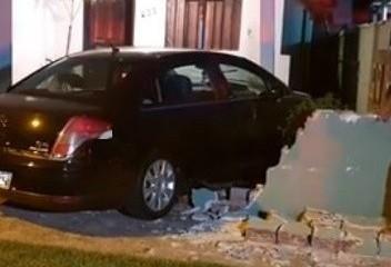 Carro conduzido por adolescente invade casa em Maringá