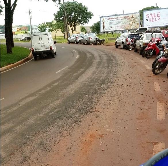 Caminhão derruba pedra brita em pista