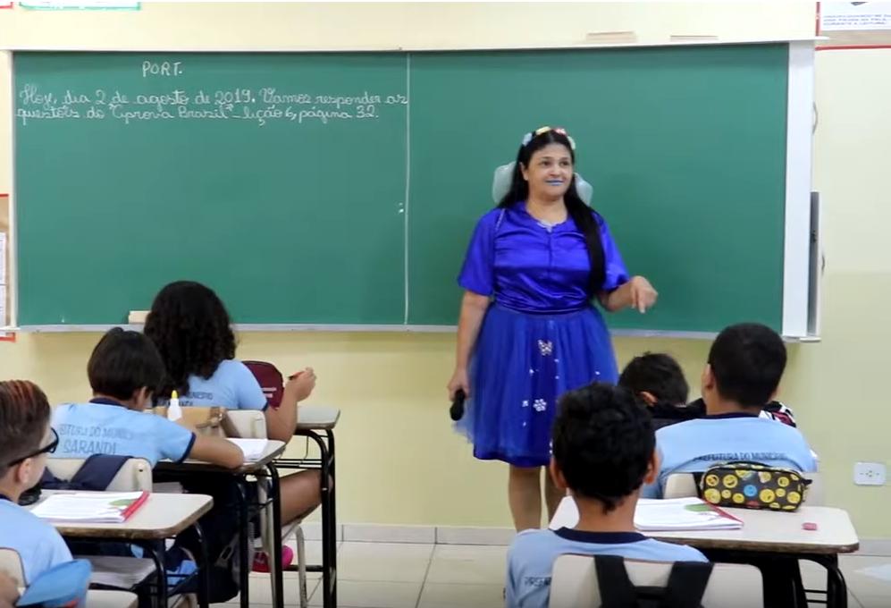 Zeladora de escola que virou professora cria personagem para combater o bullying