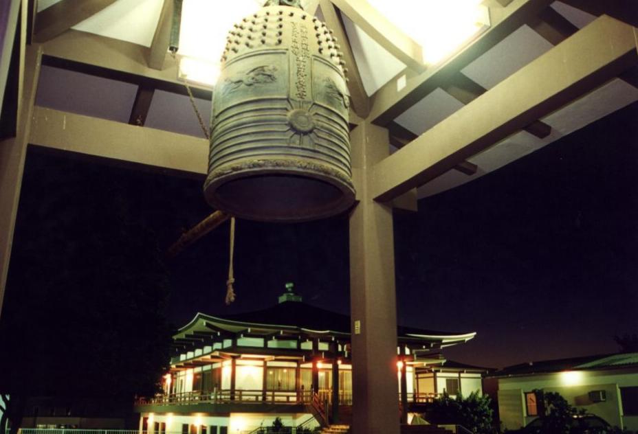 Badalar dos sinos e balões no céu: Maringá tem cerimônia no templo