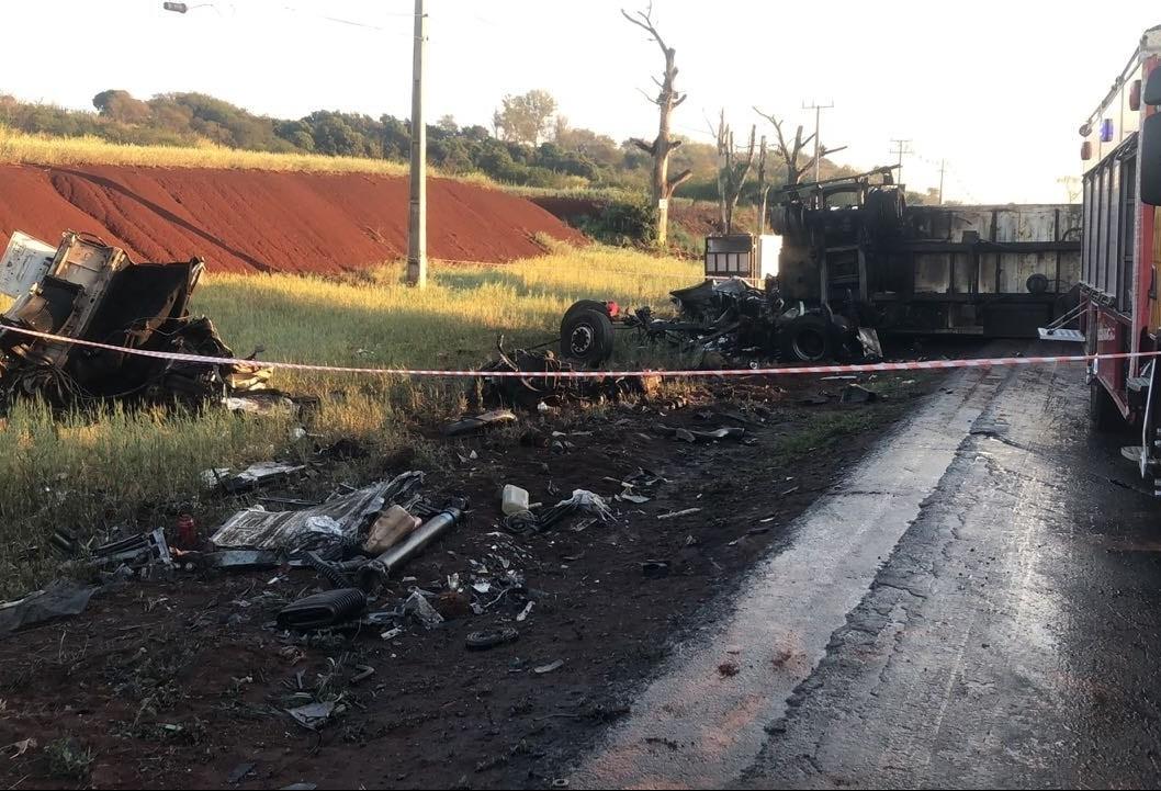 Caminhões batem na PR-317 e um deles pega fogo