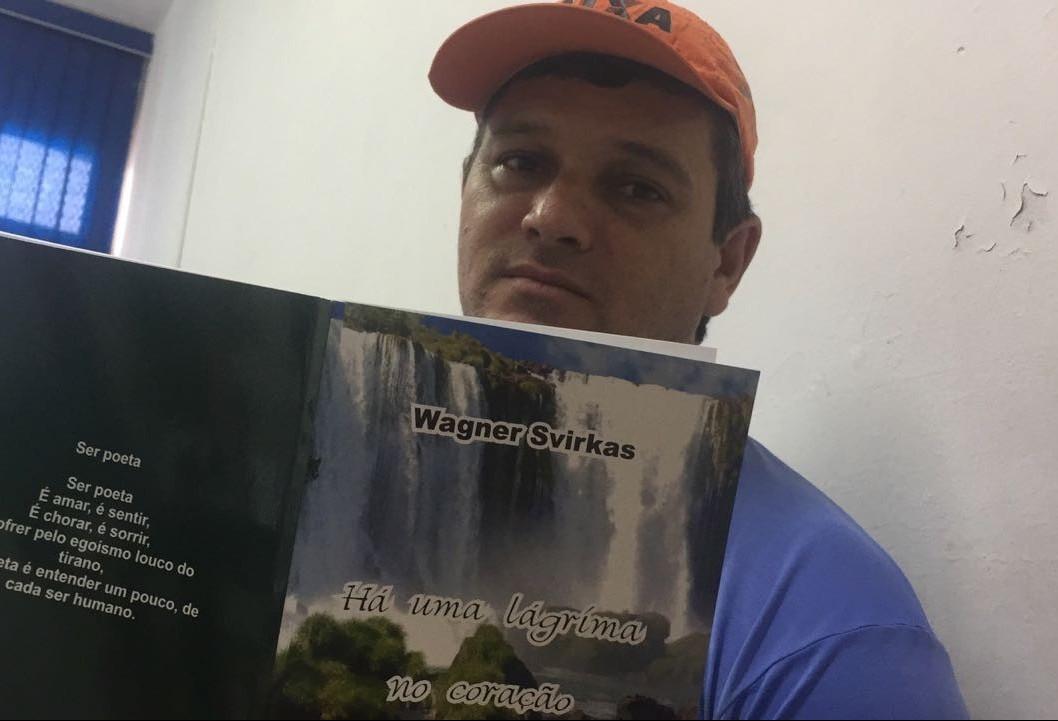 Gari que lia livros jogados no lixo vira escritor