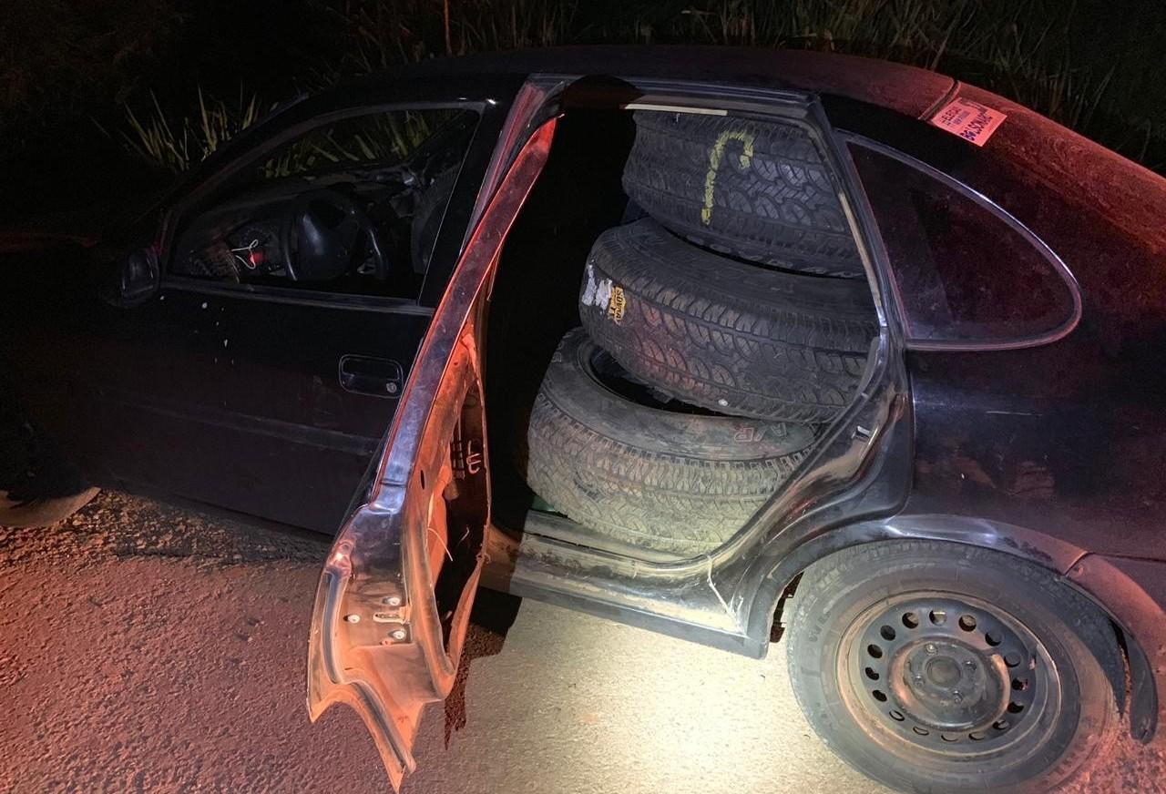 Polícia apreende pneus contrabandeados dentro de veículo