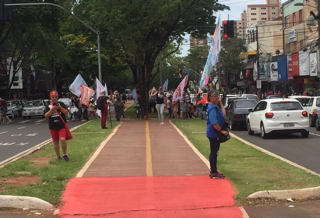 Cabos eleitorais lotam ruas de Maringá com bandeiras de candidatos