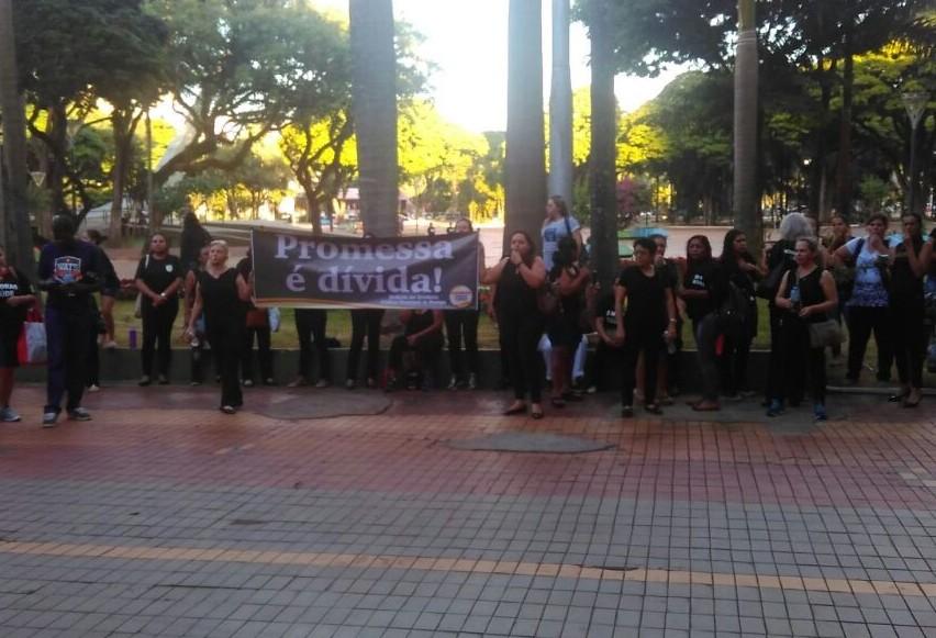 Servidores da Saúde protestam em frente à prefeitura de Maringá
