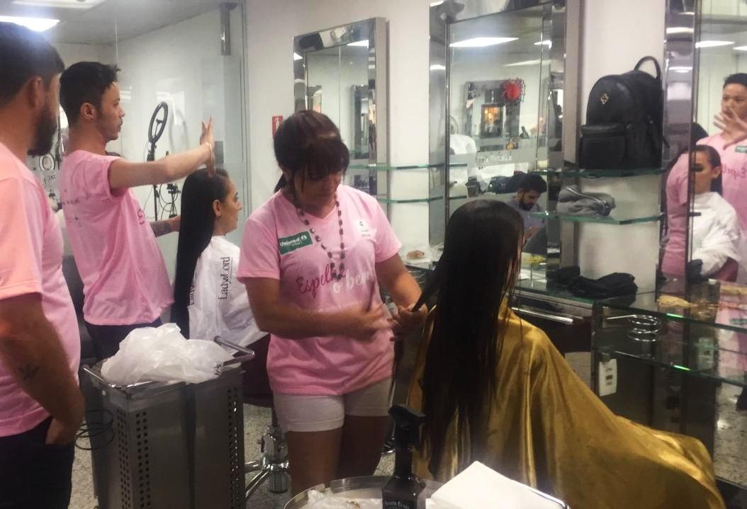 Mulheres cortam o cabelo pelo bem de outras mulheres