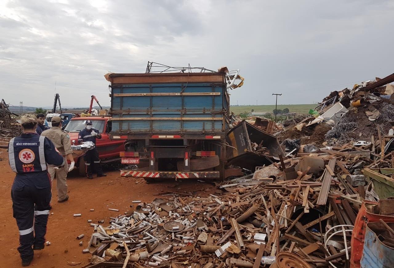 Homem morre atropelado por caminhão dentro de empresa