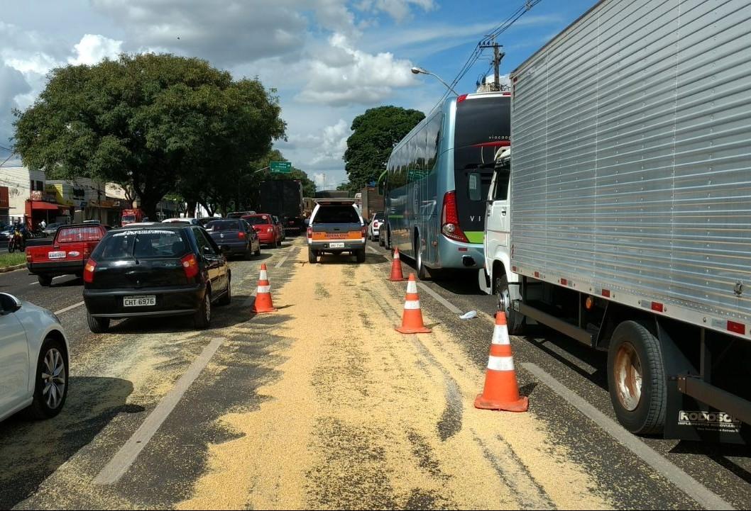 Avenida Colombo tem pista interditada após derramamento de farelo soja
