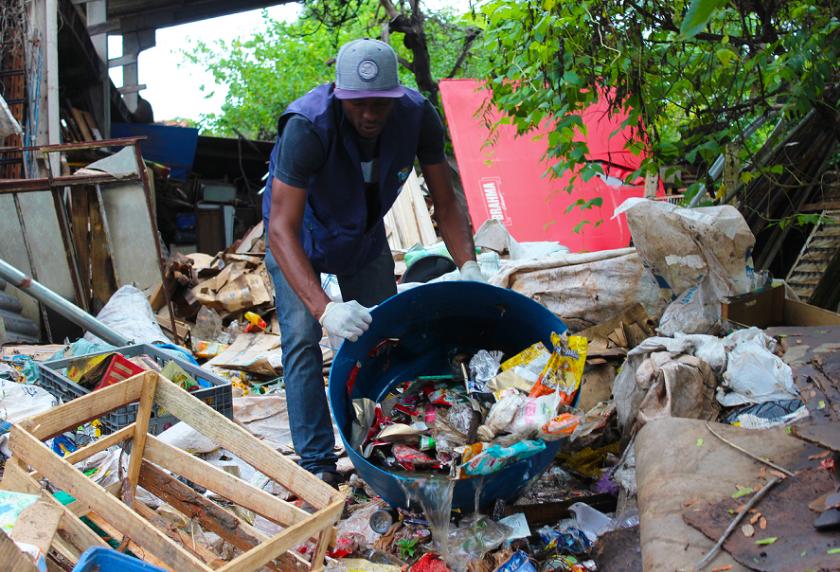 Três acumuladores de lixo são detidos em ação contra a dengue