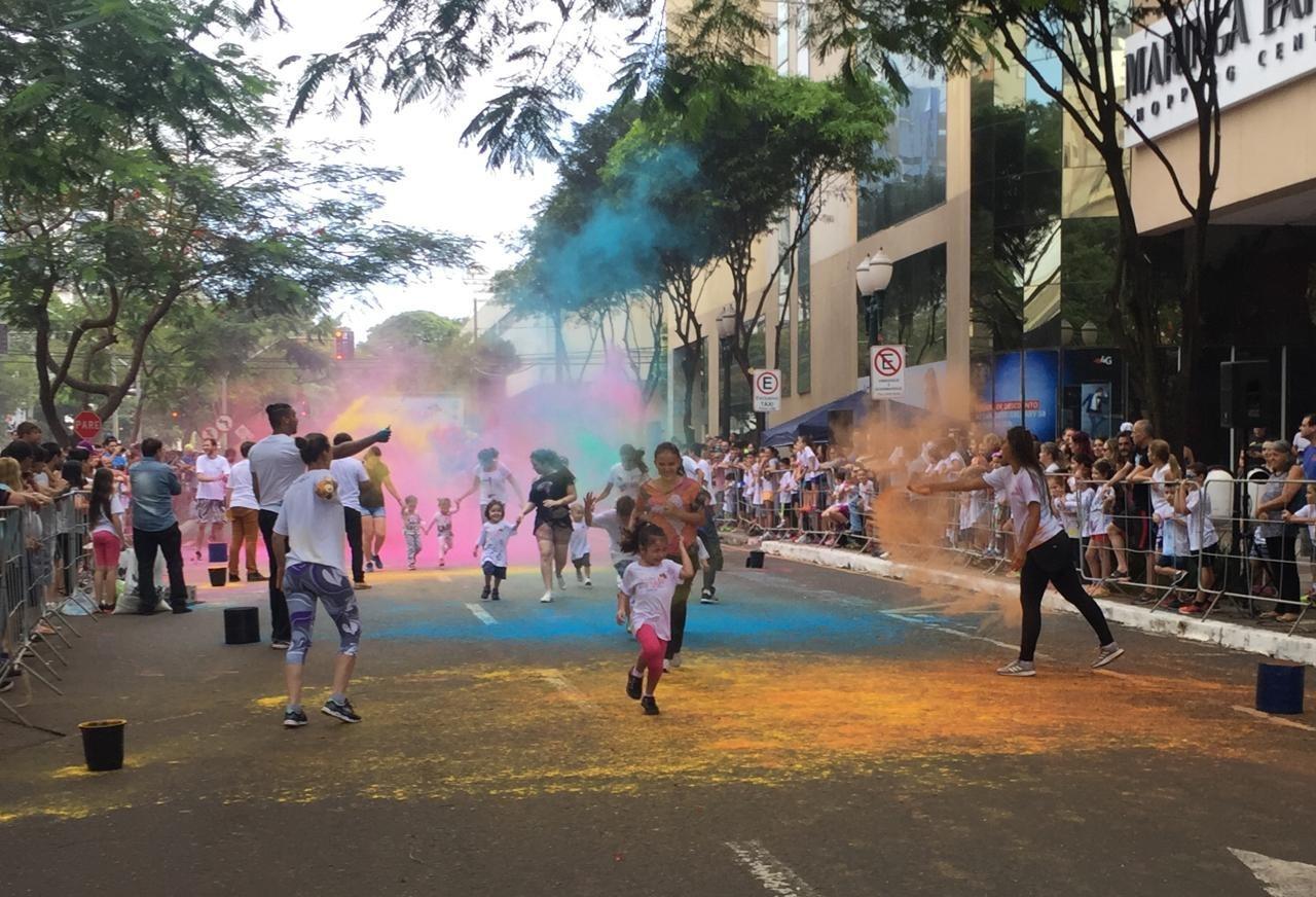 Pais viram criança em corrida das cores em Maringá