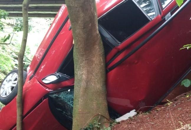 Carro capota em barranco no jardim Aclimação e três ficam feridos