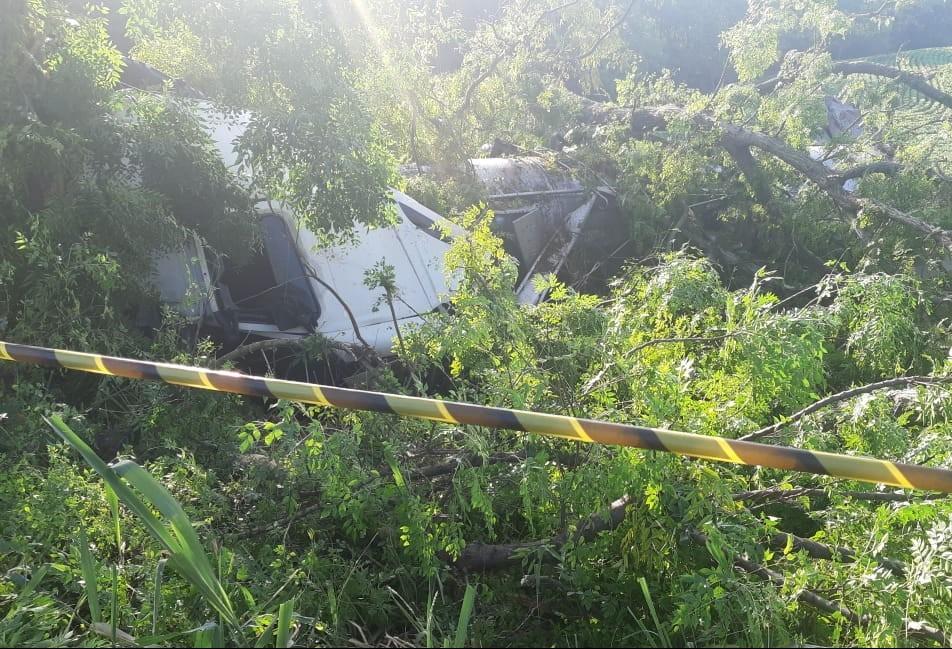 Acidente entre duas carretas deixa três pessoas feridas