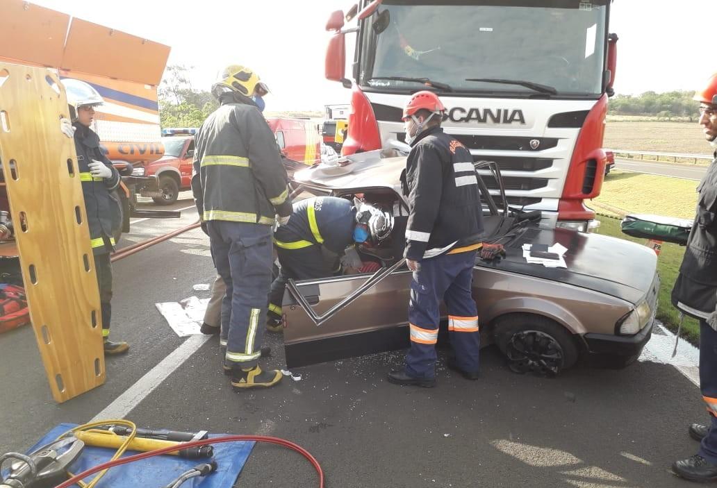 Bombeiros atendem grave acidente no Contorno de Mandaguari