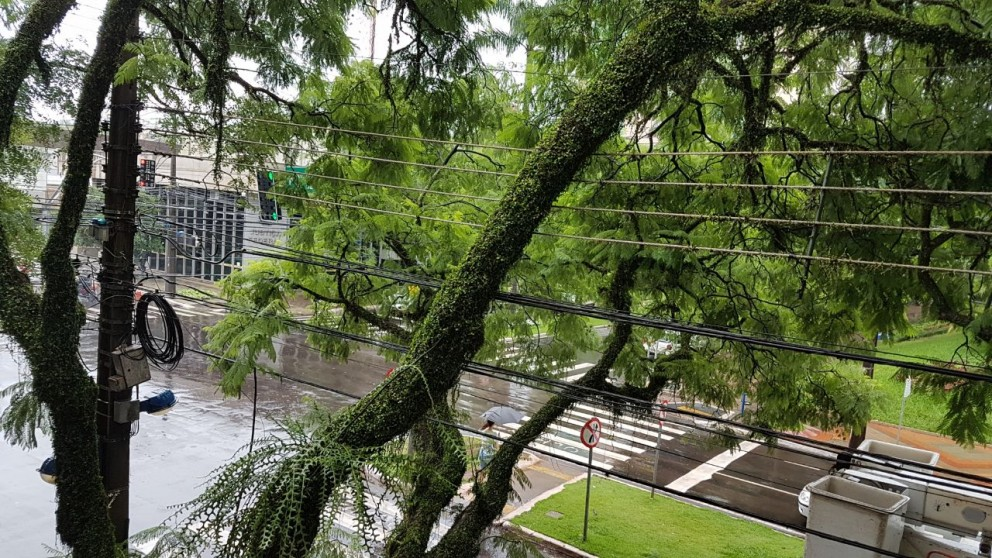 Chuva provoca estragos e acidente em Maringá