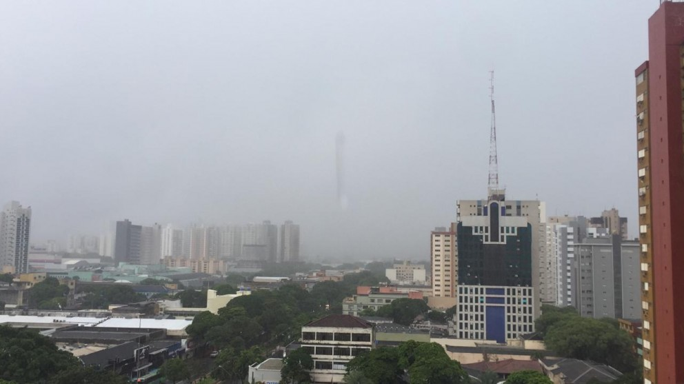 Primeiro dia de trabalho no comércio começa com chuva em Maringá