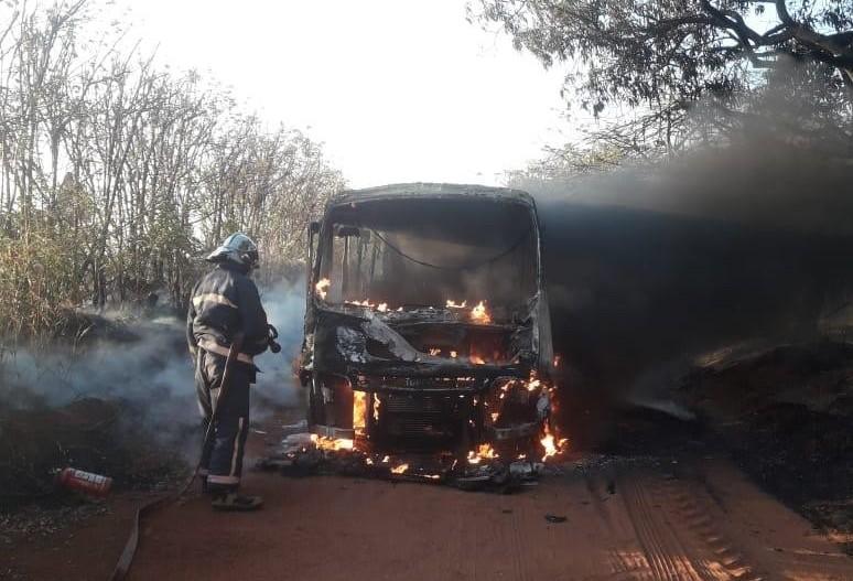Ônibus escolar pega fogo em Alto Paraná quando transportava 15 alunos
