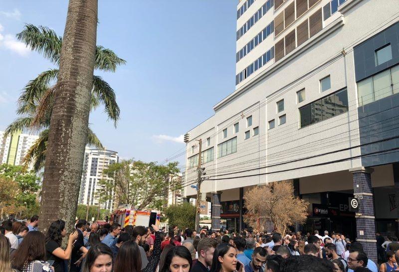 Bombeiros controlam princípio de incêndio em prédio comercial