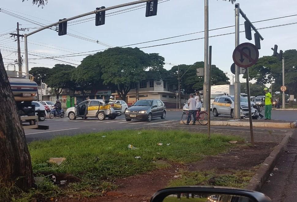 Batida entre dois táxis é registrada em Maringá