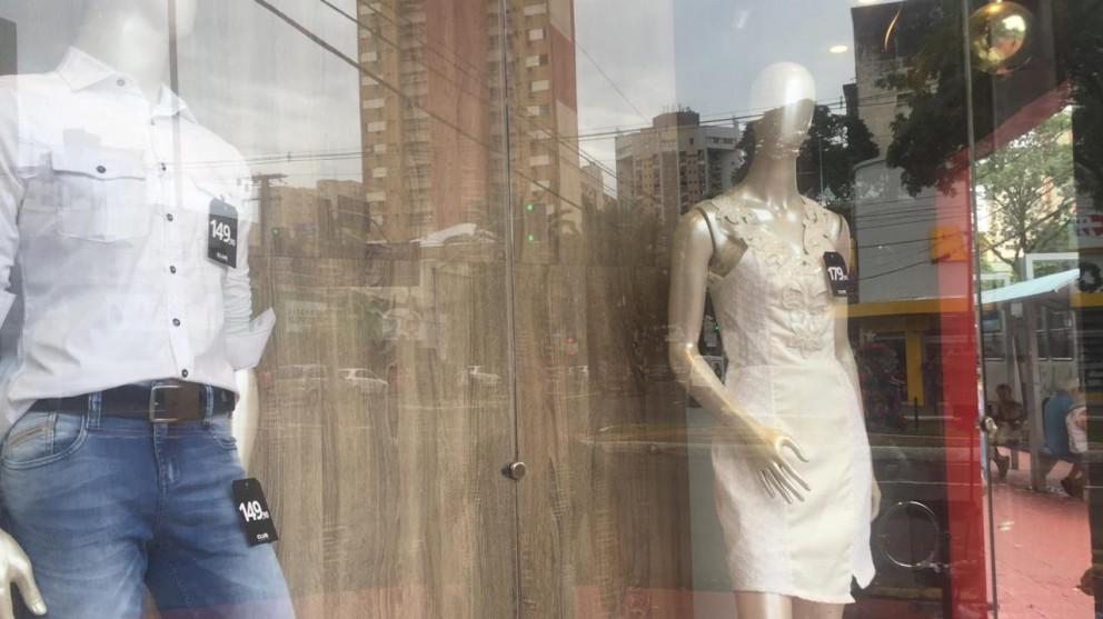 Tradição da roupa branca toma conta de vitrines