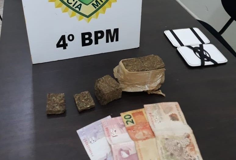 Mãe chama polícia que apreende menor por tráfico de drogas