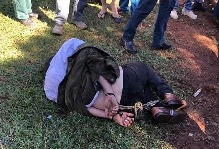Homem é amarrado por populares após furtar pilhas
