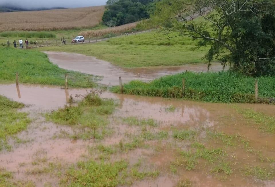 Carro cai em rio e três crianças desaparecem