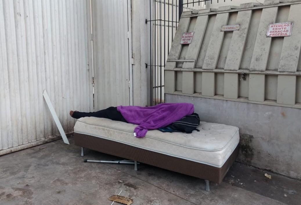 Morador de rua dorme em cama box no centro de Maringá