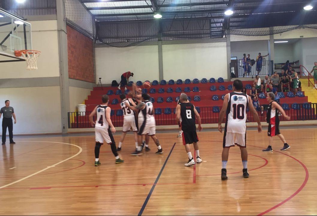 Torneio master de basquete reúne mais de 200 veteranos