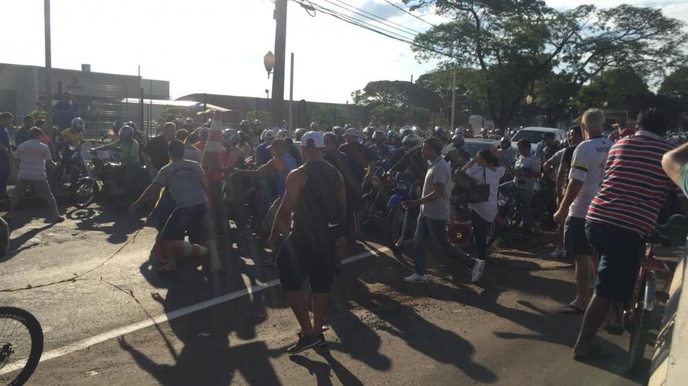 Moradores bloqueiam dois sentidos da Avenida Colombo em Sarandi