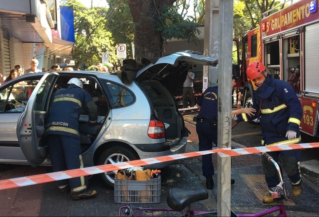 Em acidente, carro invade lotérica no centro de Maringá