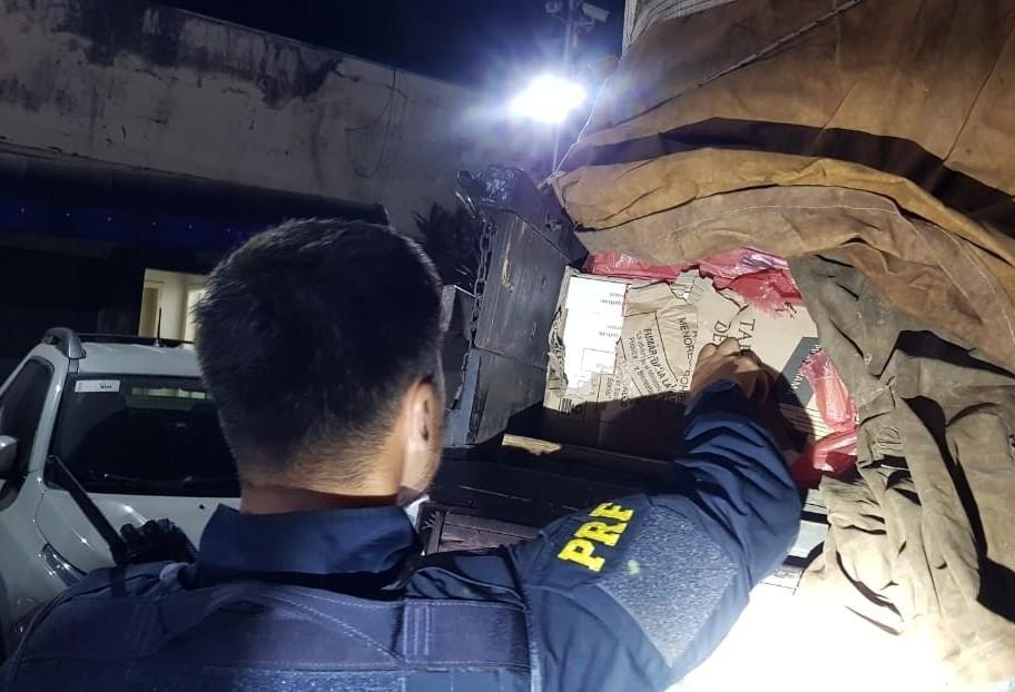 PRF prende motorista transportando 30 mil pacotes de cigarros