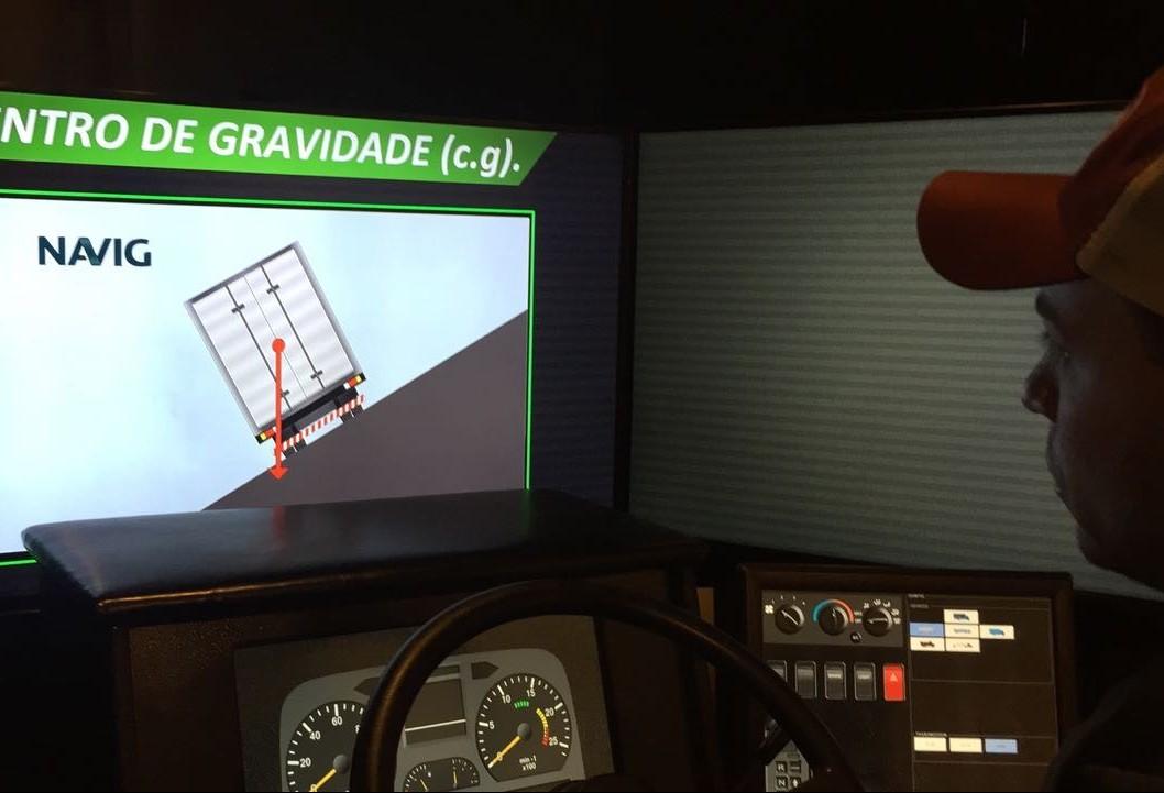 Simulador é usado para treinar motoristas de caminhão
