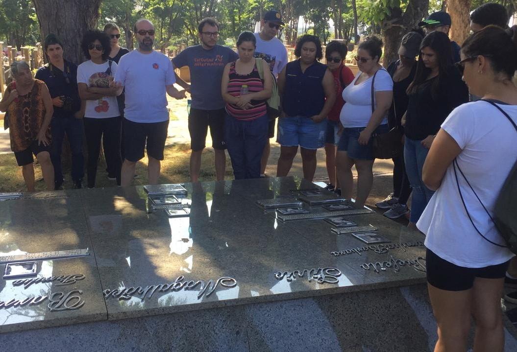 Cemitério municipal 'conta' histórias aos visitantes