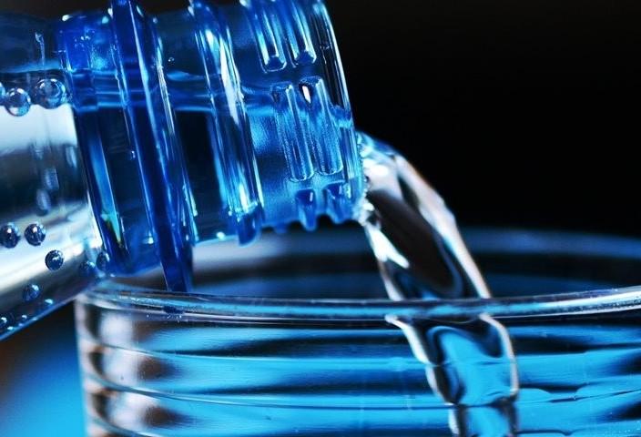 Equipamento fabrica água pura em regiões remotas