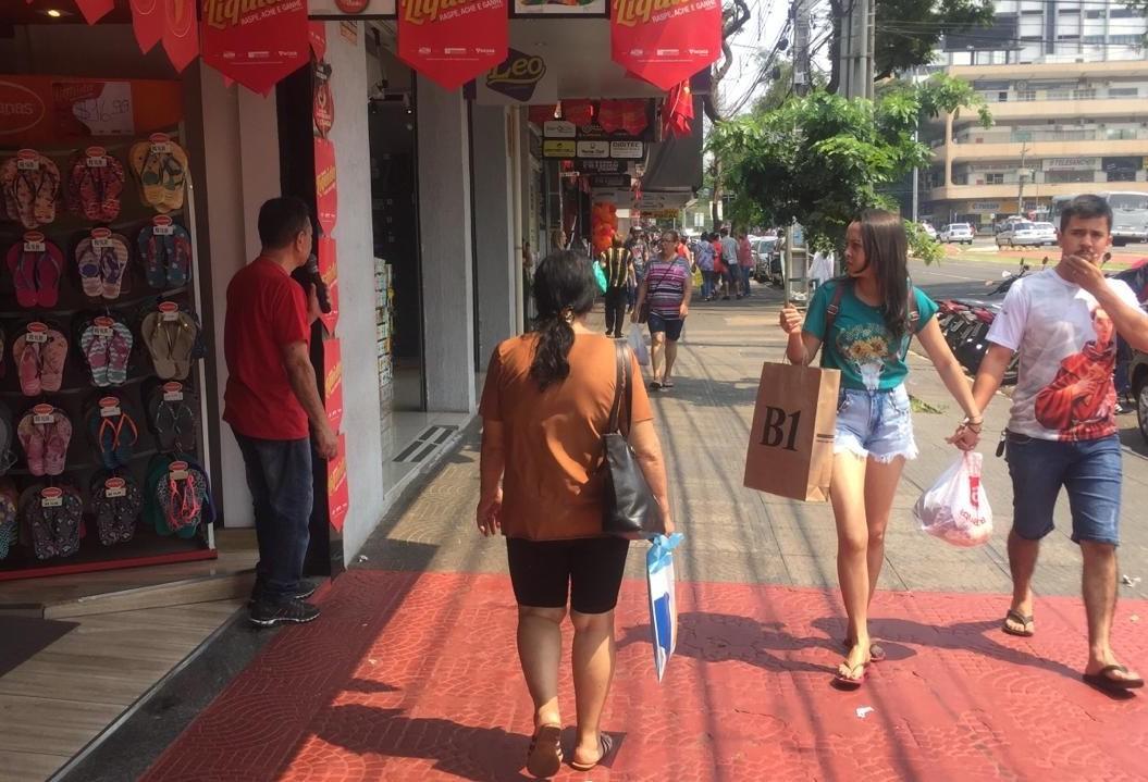 No primeiro dia da Maringá Liquida, lojistas ficam empolgados com o movimento