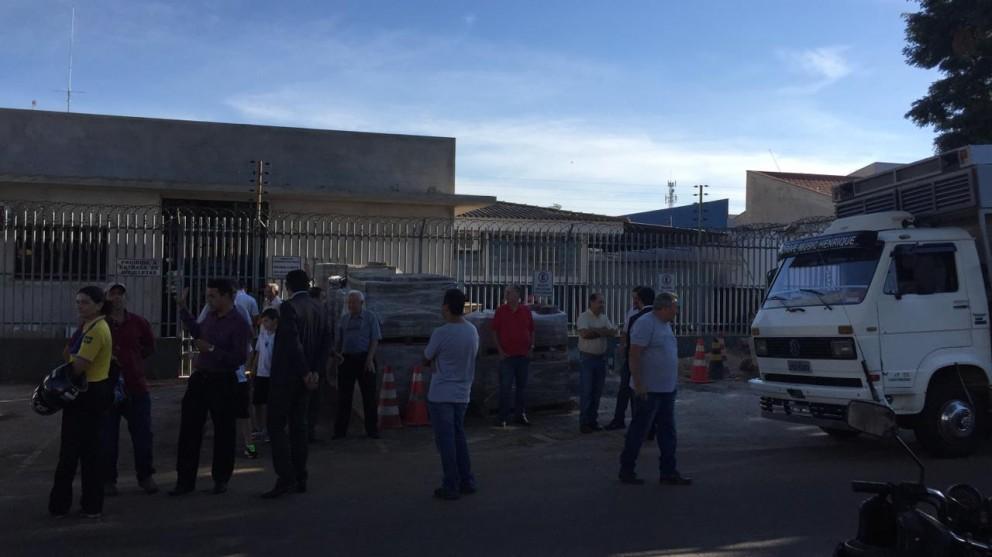 Moradores fecham delegacia para impedir entrada de presos