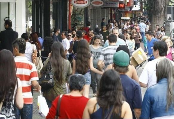 Lojas do comércio de rua podem estender horário de funcionamento nessa sexta-feira (11)