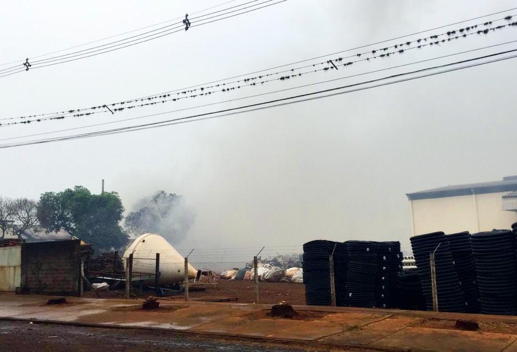 Bombeiros precisam demolir barracão para retirar material inflamável