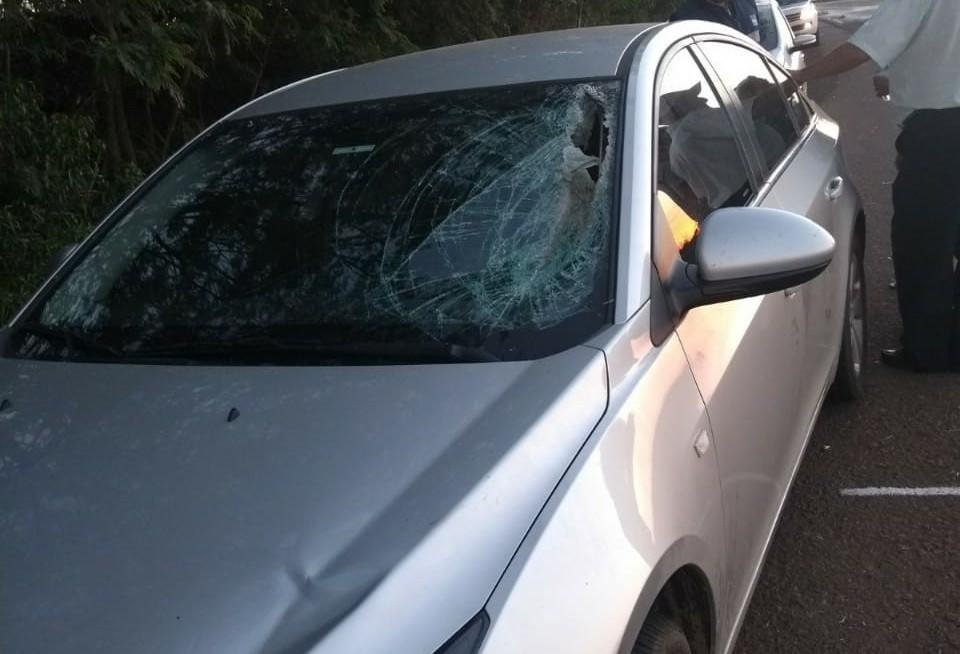 Mulher é atingida por peça que se soltou de caminhão na PR-323