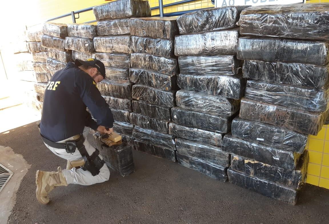 PRF apreende dois fuzis e 1,3 tonelada de maconha