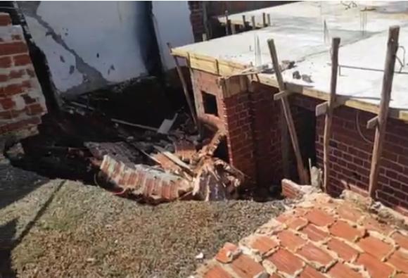 Muro de arrimo cede e duas casas são parcialmente interditadas